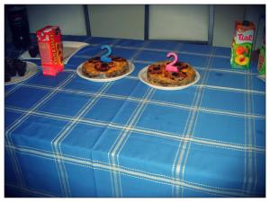 Mesa com bolo de frutas